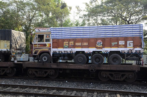 kannur-train-trucks