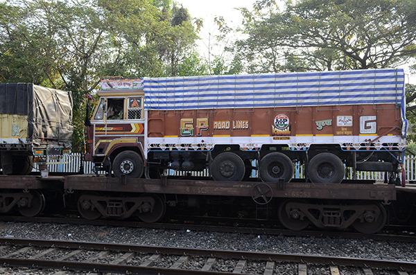 kannur-train-trucks